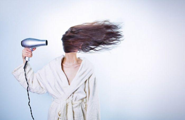 Врач объяснил, в течение какого времени могут выпадать волосы после коронавируса