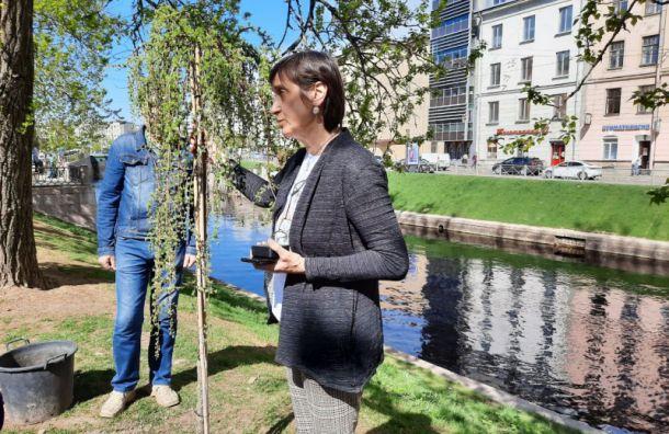В память о скульпторе Романе Шустрове и его жене посадили плакучую иву