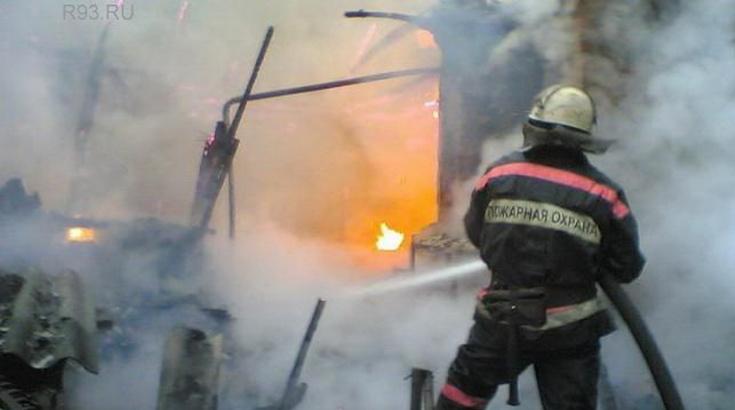 В Мартышкино ночью сгорел гараж, пострадали две иномарки