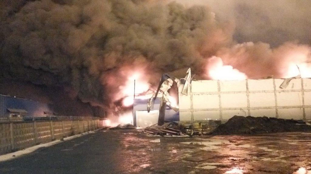 В Иннолово ночью пожарные 4 часа тушили кровлю сарая на 400 «квадратов»