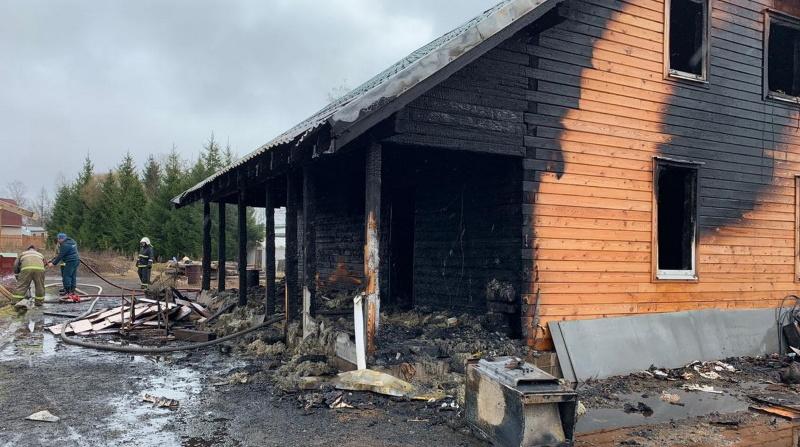 На Композиторов 16 спасателей ночью тушили мебель в «однушке»