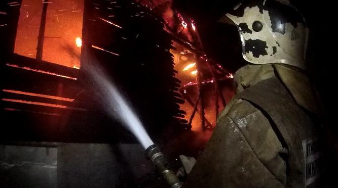 В Сланцевском районе горящий дом на 25 «квадратов» тушили полтора часа