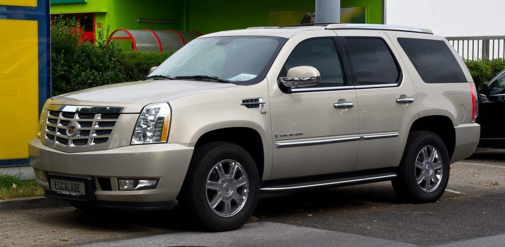 В Петербурге у 68-летней пенсионерки угнали Cadillac Escalade за 4 млн