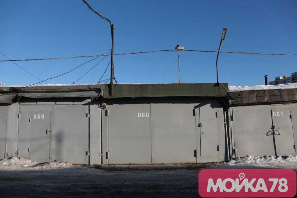 В Мурино с утра загорелся гараж