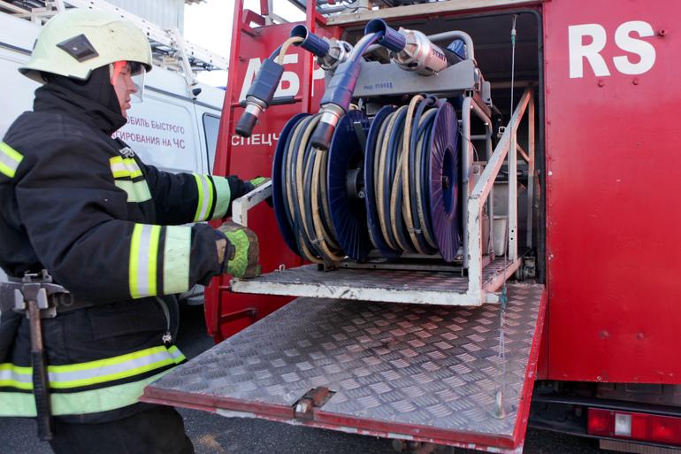 В Сестрорецке горит ангар, пожару присвоен номер 1БИС