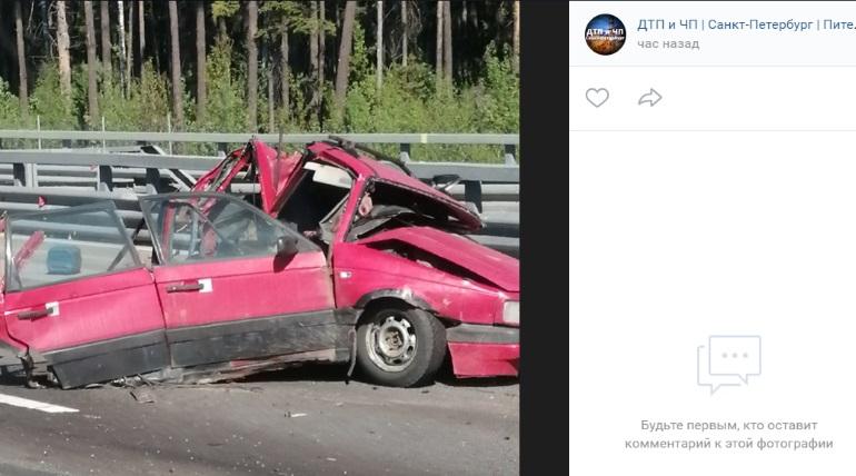 Старенький Volkswagen развалился на КАД после удара мусоровоза, водитель погиб
