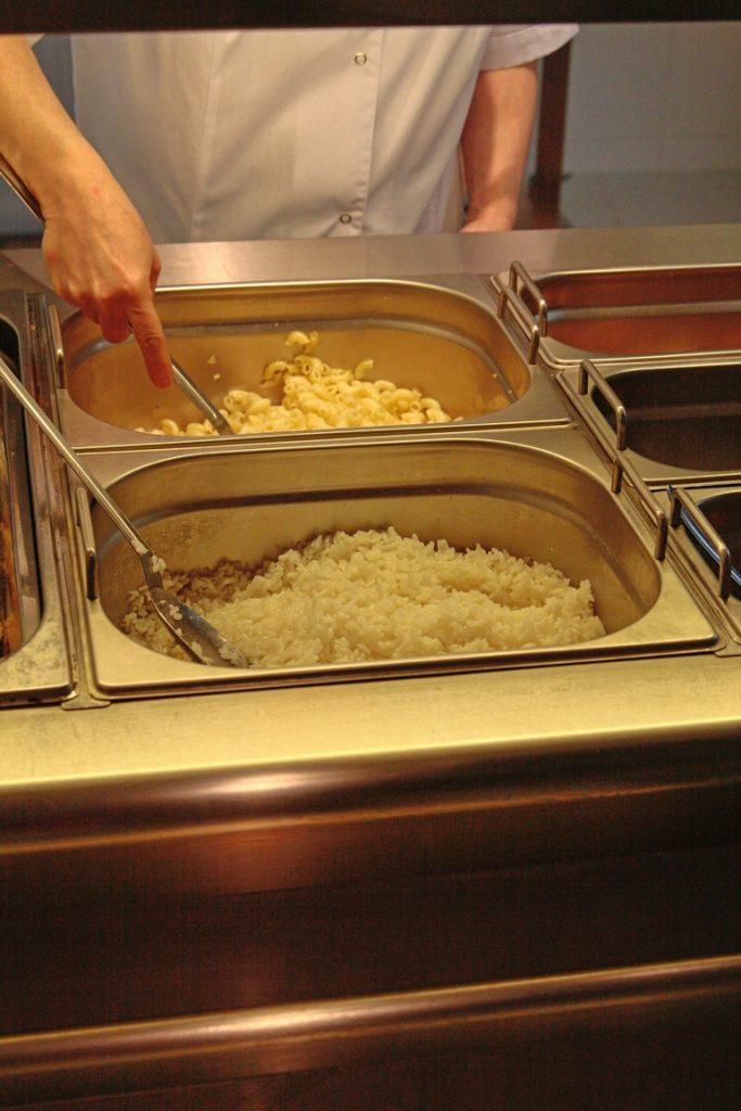 Петербургских школьников не будут кормить чипсами и снеками