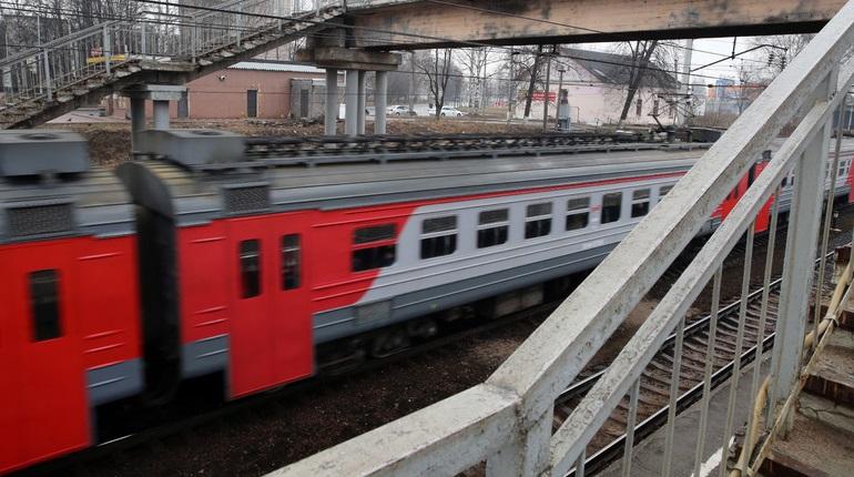 В Петербурге в электричке произошло задымление из-за упавшего провда