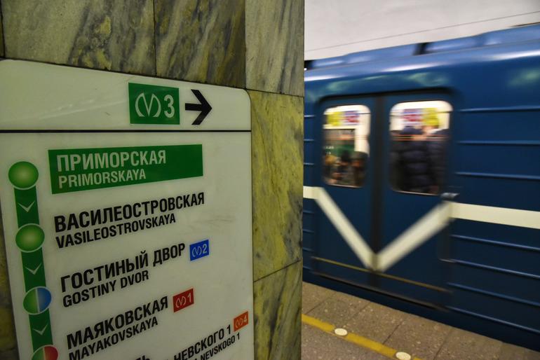В драке на «зеленой» ветке метро Петербурга двоим приезжим разбили головы