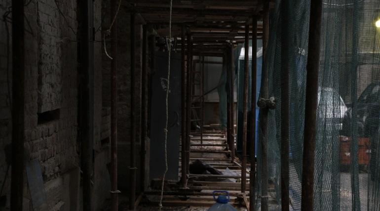 Вор по «лесам» забрался в квартиры на Каменноостровском и обчистил их на 10 млн