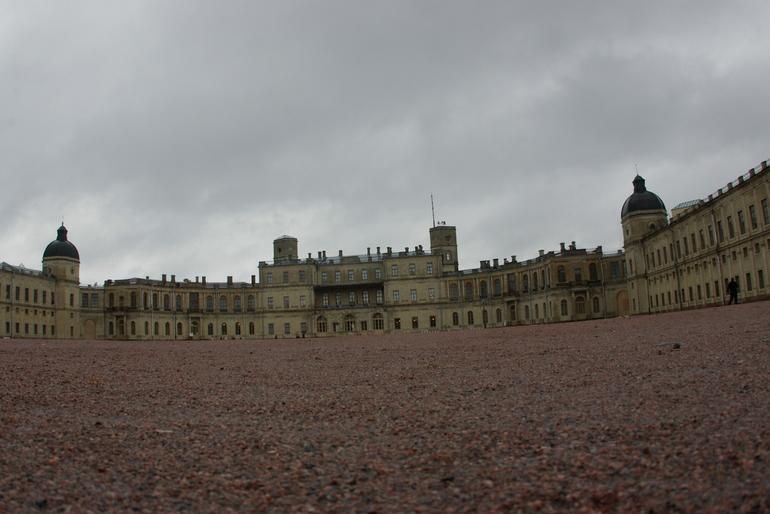 Фасад Гатчинского дворца «сменил масть»