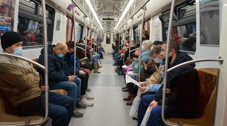 На синей ветке метро Петербурга задержались поезда