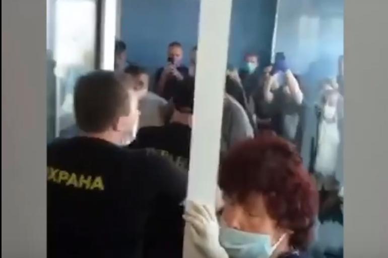В Елизаветинской больнице петербуржцы устроили драку с охраной из-за паспортов умерших родственников