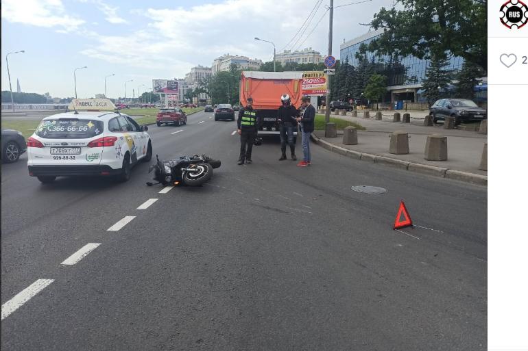Фура протащила мотоцикл на Выборгской набережной: занята одна полоса