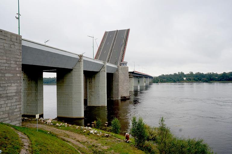 Трассу «Кола» перекроют почти на час из-за разводки Ладожского моста