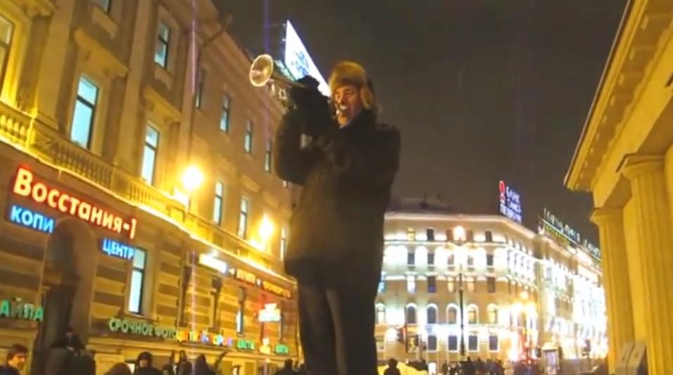 Уличный трубач дядя Миша поздравил петербурженок с 8 Марта