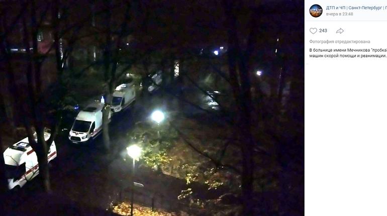 У больницы Мечникова собралась очередь из скорых и реанимаций