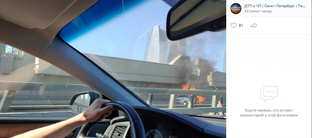 На дамбе Петербурга сгорело каршеринговое авто
