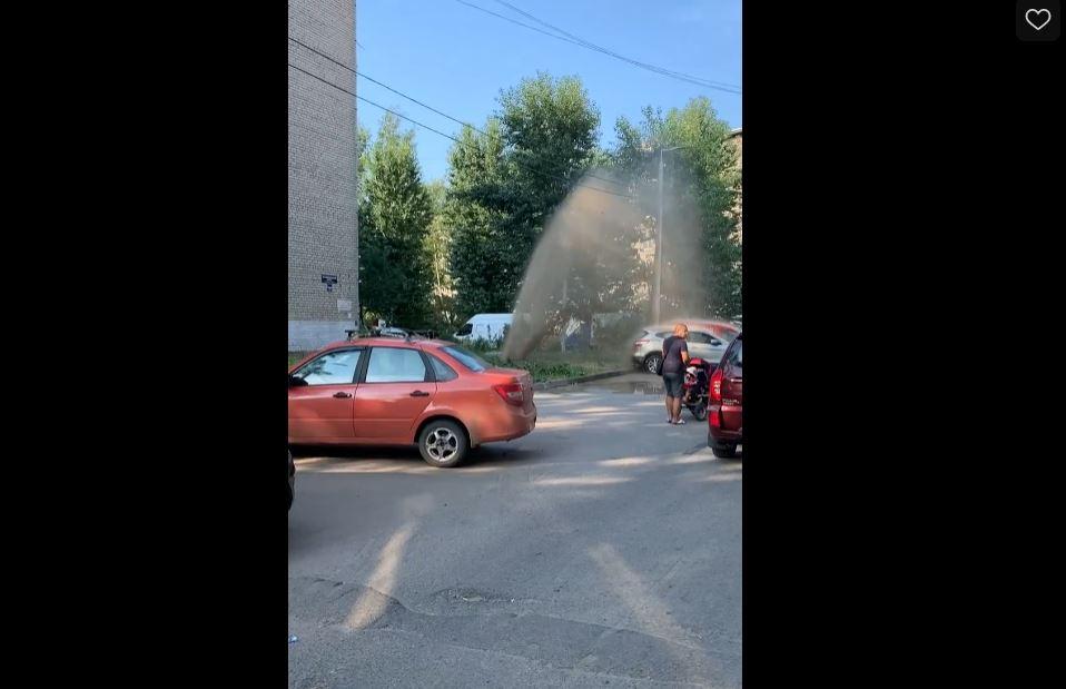 В Невском районе из под земли забил «фонтан» в четыре метра