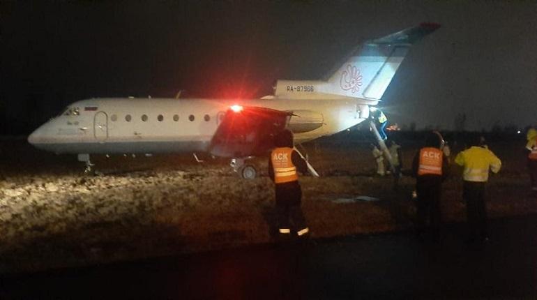 В Пулково самолет выкатился за пределы ВПП из-за ветра
