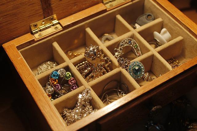 Из квартиры парикмахера в Выборгском районе вытащили бриллиантов и украшений на 200 тысяч рублей