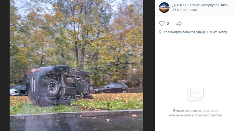 На Краснопутиловской улице автомобиль вылетел с дороги и перевернулся