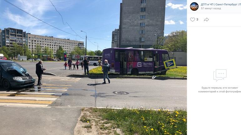 На улице Шелгунова маршрутка в ДТП влетела в дорожный знак