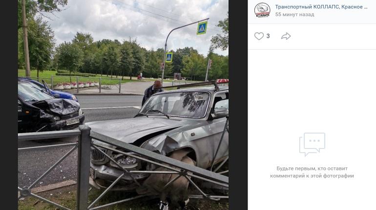 В Красном Селе автомобиль влетел в ограждение