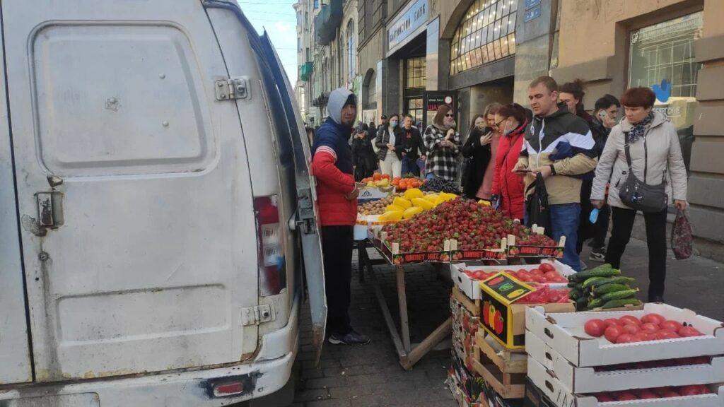 За неделю в Петербурге убрали 22 уличных прилавка: фото