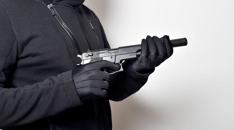 Мужчина с пистолетом напал на охранника в ТЦ на Заневском
