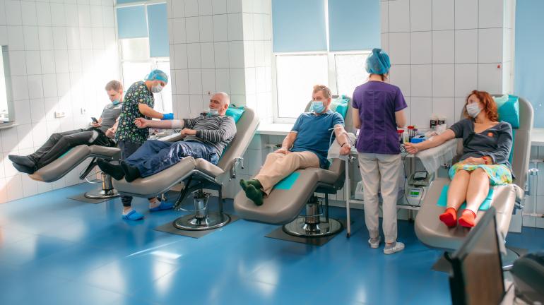 Доноры плазмы для болеющих COVID-19 получат выплаты