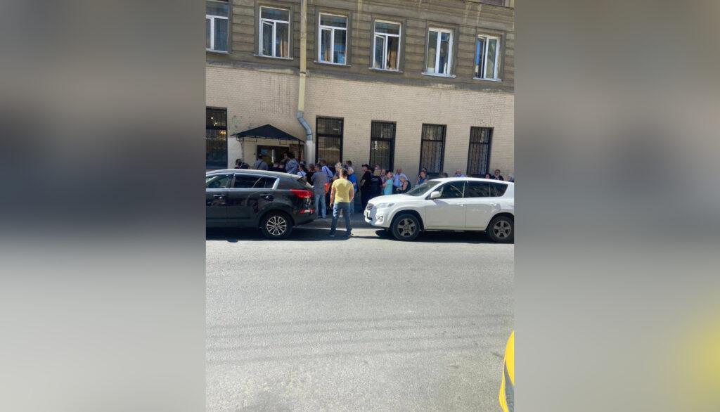 Петербуржцы в трауре стоят по два часа у отдела ЗАГС на Достоевского в ожидании регистрации смерти родственников