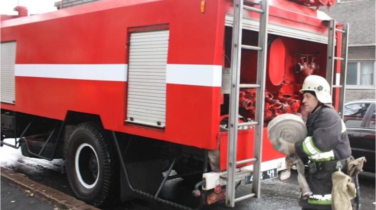В Парголово ночью 17 спасателей тушили горящий сарай