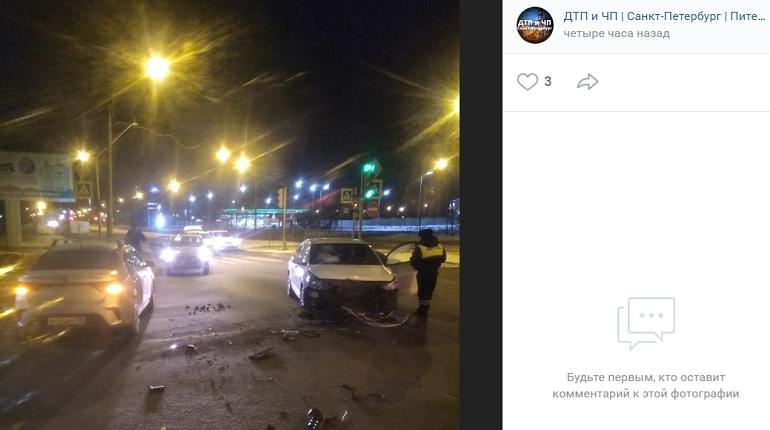 На Вербной улице в ДТП с двумя авто проезжую часто засыпало осколками