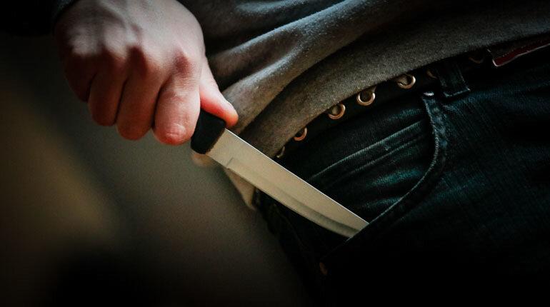 В Петроградском районе неизвестный ударил ножом в живот девятиклассницу
