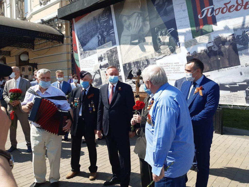 После парада Беглов спел с ветеранами и пообщался с петербуржцами