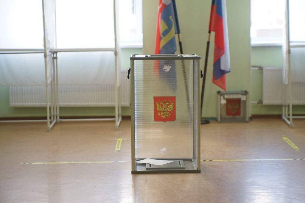 В Петербурге двух членов УИК отстранили после видео с якобы вбросом