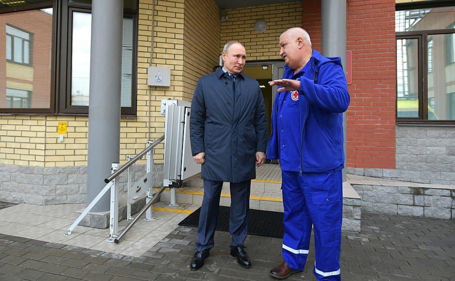 Владимир Путин посетил станцию скорой медицинской помощи в Пушкине