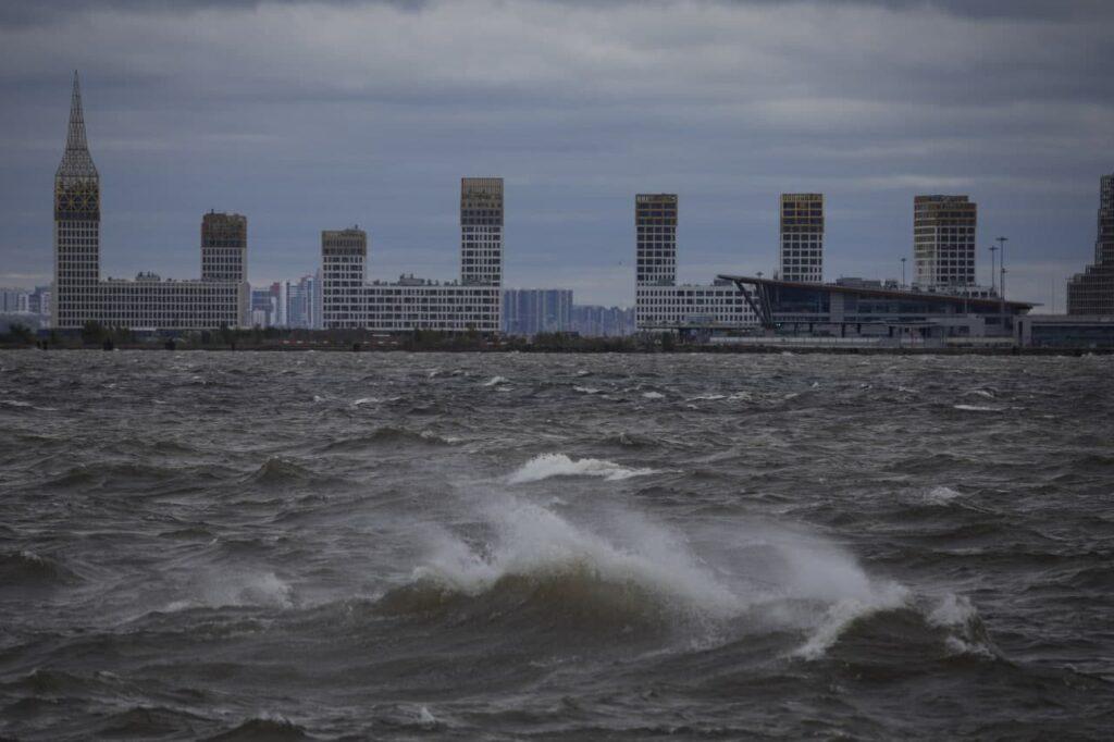 Порывистые ветра и дожди придут в Петербург в воскресенье
