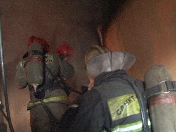 Пожарные спасли из горящей квартиры на Малой Балканской четверых человек, двое из них — дети