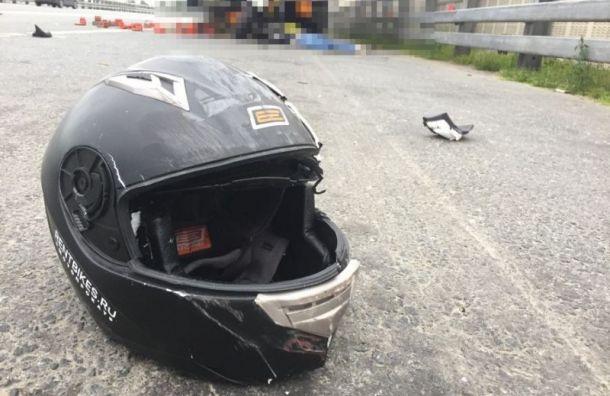 Байкер скончался после столкновения с грузовиком на КАД