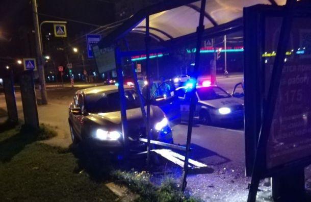 Девушка на каршеринговом авто врезалась в остановку, уходя от погони