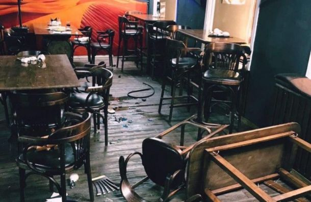 Житель Петербурга разгромил кафе и угрожал посетителям мечом