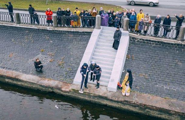 В память о погибших в ДТП детях по Неве пустили 18 бумажных корабликов