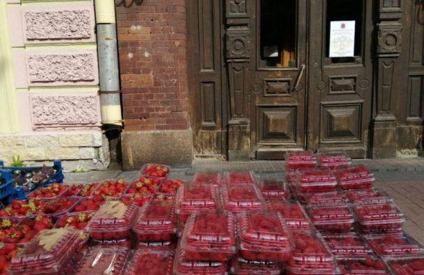 У дверей избирательного участка 106 приторговывают малиной