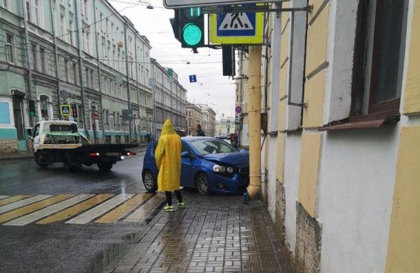 В центре Санкт-Петербурга автомобиль протаранил стену жилого дома