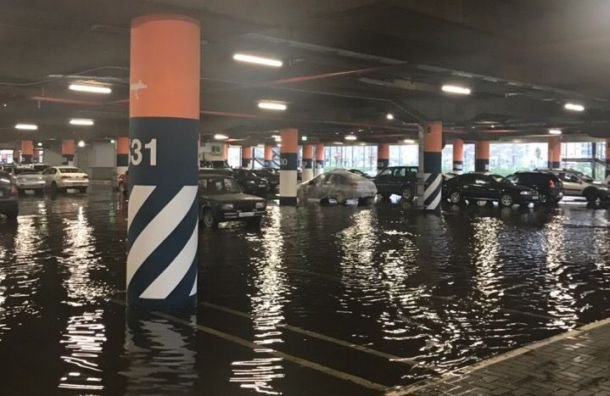 Парковка Меги Дыбенко ушла под воду