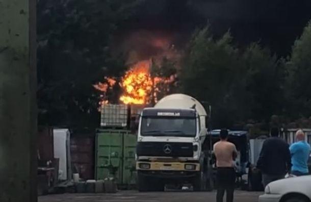 Сильный пожар тушат в ангаре под Колтушами