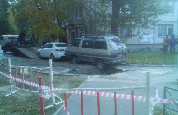 Разверзшийся асфальт едва не поглотил иномарку на Маршала Тухачевского