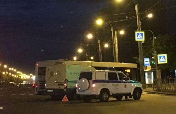 Инкассаторская машина столкнулась с автобусом на Пражской ул.